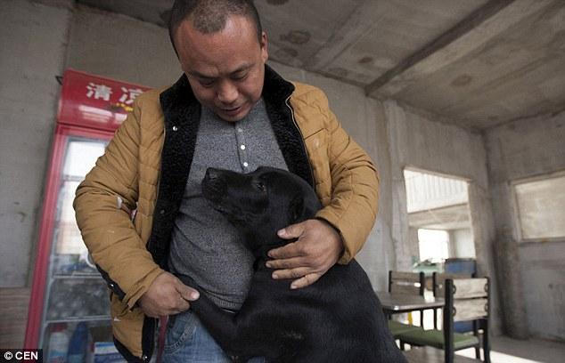 Wang s jedním z jeho zachráněných psů