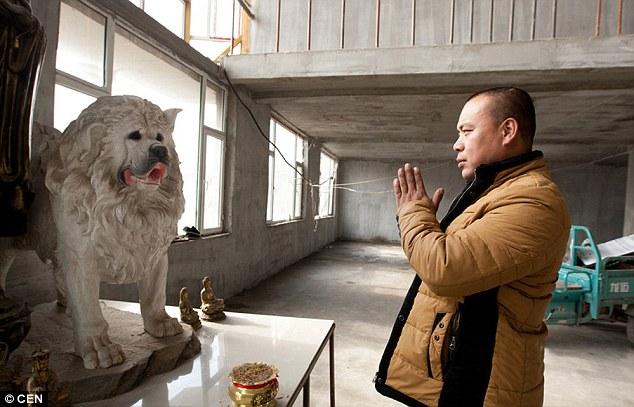 Wang modlící se k soše psa