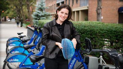 Isis Schiffer s její skládací helmou s papíru