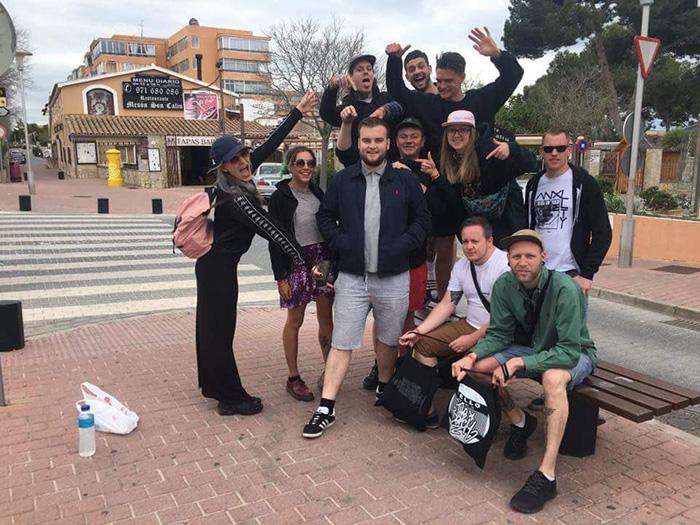 Joe McGrath se svými novými přáteli | Foto: Twitter @joemcgrath95